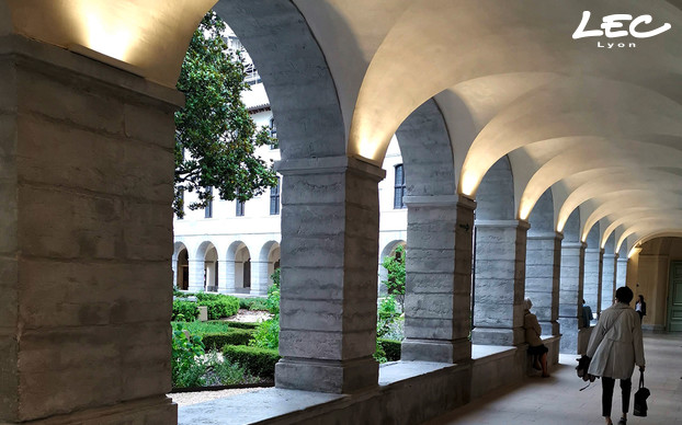 <p>Inside the Grand Hôtel Dieu, in some corridors and all around the cloister, LEC 5633 Arches spotlights illuminate the vaults. These spotlights, with adjustable direction and equipped with specific optics, provide a warm, soothing lighting for visitors.</p>
